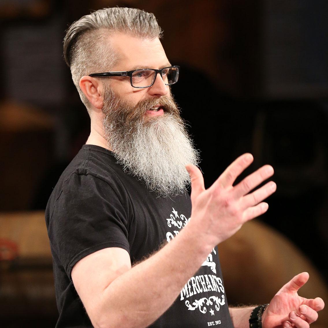 Matt White, fondateur de Sussex Beard Oil Merchants, présente ses produits durant l'émission télévisée Dragons' Den.