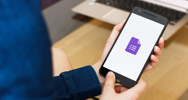 Une personne ouvre une application de modification de documents sur son téléphone cellulaire.