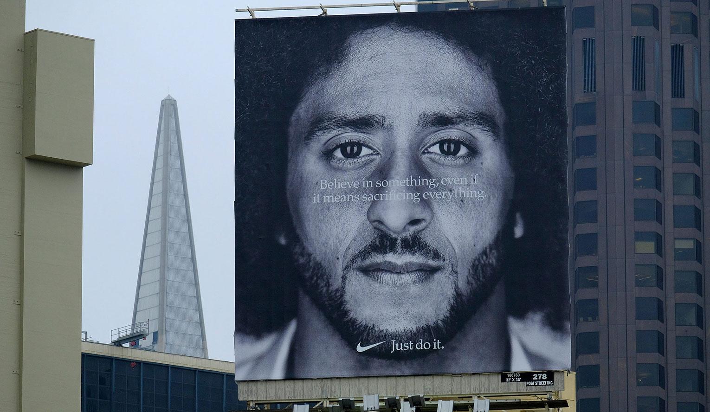 Un immense panneau publicitaire de Nike sur lequel on voit le visage de Colin Kaepernick, le quart-arrière célèbre pour son geste contre la brutalité policière, et une phrase en anglais qu'on pourrait traduire librement ainsi : « Crois en quelque chose, même si ça signifie que tu dois tout sacrifier. Fais-le. » Source : The New York Times. (En anglais seulement)