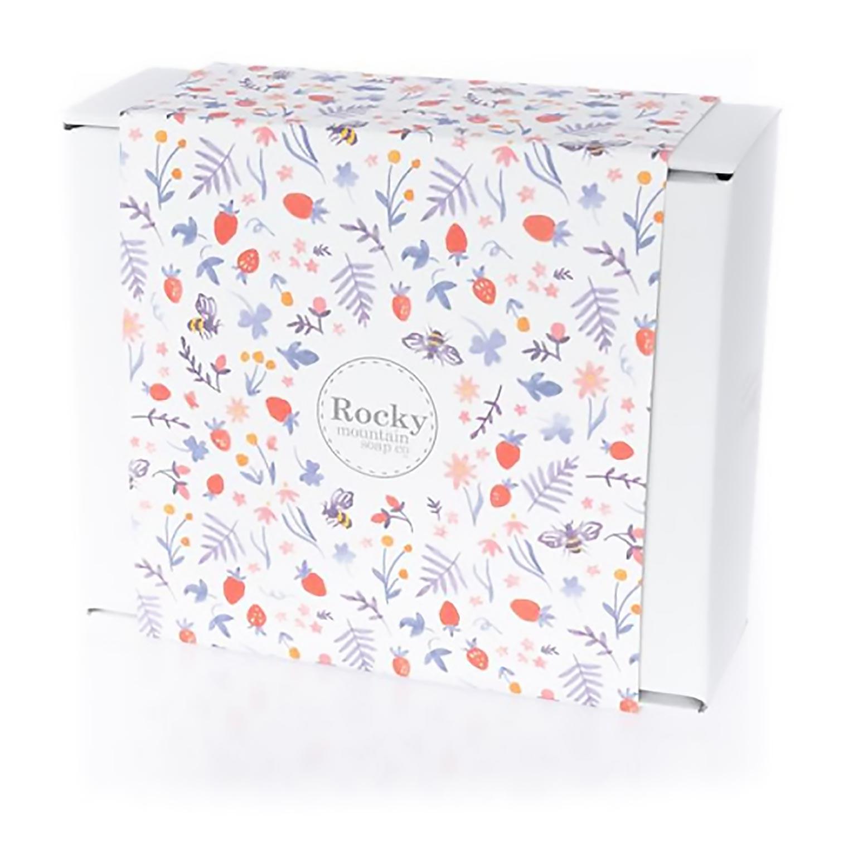 Une boîte de Rocky Mountain Soap Co. dont l'emballage coloré porte le logo de la marque. Source : Rockymountainsoap.com (en anglais seulement)