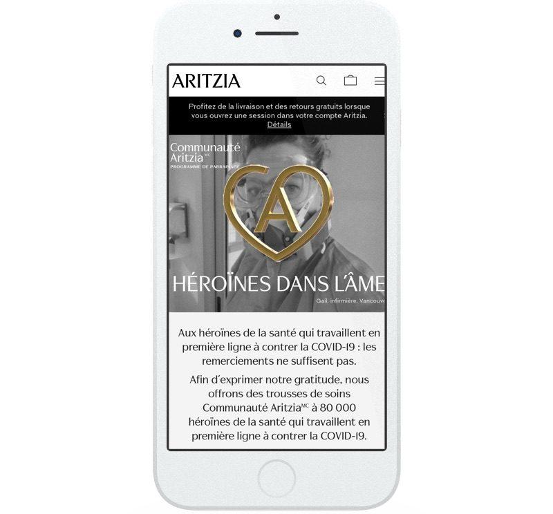 Sur son site Web, Aritzia fait la promotion de ses options de livraison et de retour d'article sans frais. L'entreprise met aussi de l'avant son initiative de soutien à la collectivité : la distribution de trousses de soins pour les femmes qui travaillent en première ligne dans le secteur de la santé.