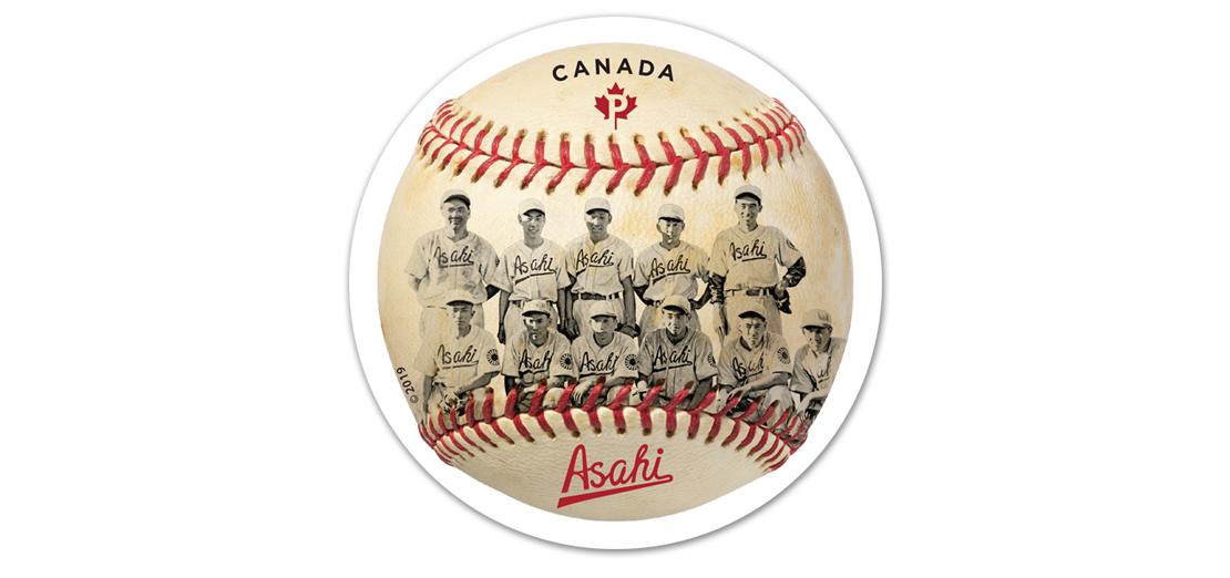 Balle de baseball à coutures rouges sur laquelle figure une photo des 11 joueurs des Vancouver Asahi