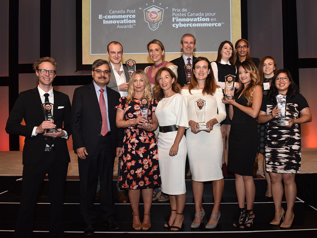 Tous les gagnants de la sixième édition annuelle des Prix de Postes Canada pour l'innovation en cybercommerce célébrant leur succès avec Deepak Chopra, président-directeur général de Postes Canada.