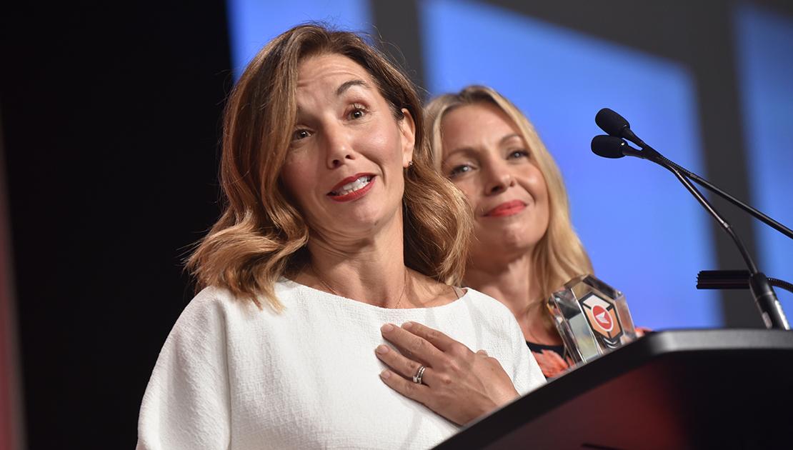 Lisa Delorme, cofondatrice et présidente-directrice générale (à gauche), et Kristy Wieber, cofondatrice et présidente, de Rent frock Repeat, ont accepté le prix du Meilleur détaillant multicanal (petite entreprise).
