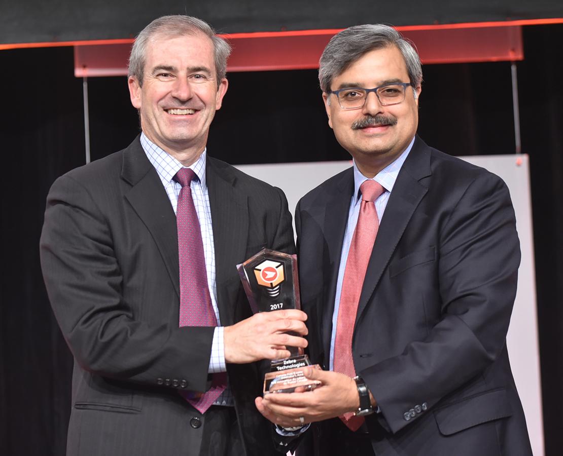 Joe Heel, premier vice-président, Ventes à l'échelle mondiale, de Zebra Technologies, a accepté le Prix Innovateur du cybercommerce de Postes Canada, remis par Deepak Chopra, président-directeur général de Postes Canada.