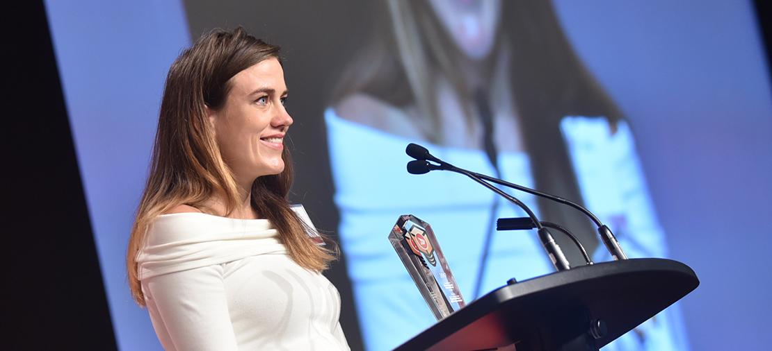 Justine Barber, coprésidente-directrice générale de Poppy Barley, était tout sourire lorsqu'elle a accepté le prix du Meilleur marketing et engagement envers la marque.