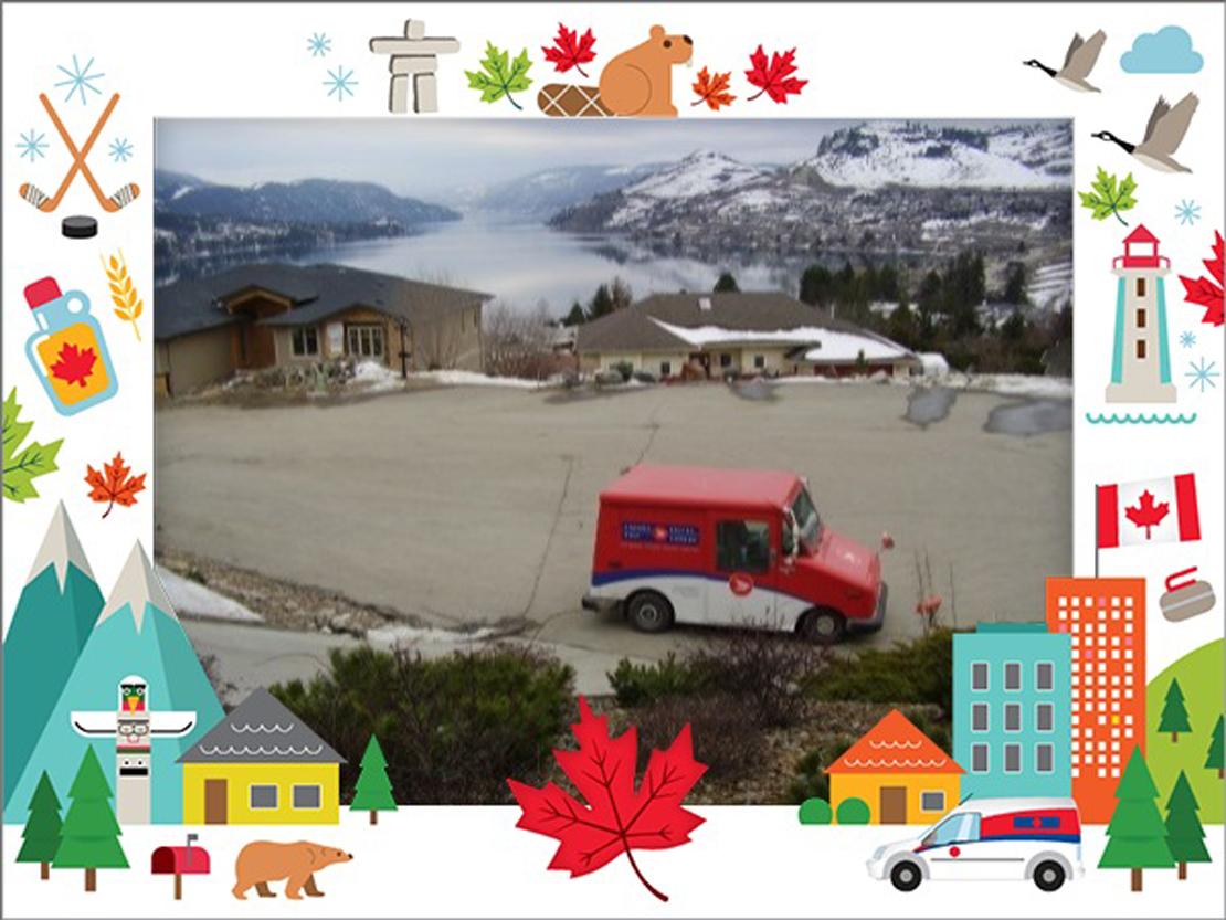 Une employée de Postes Canada avec un véhicule de livraison.